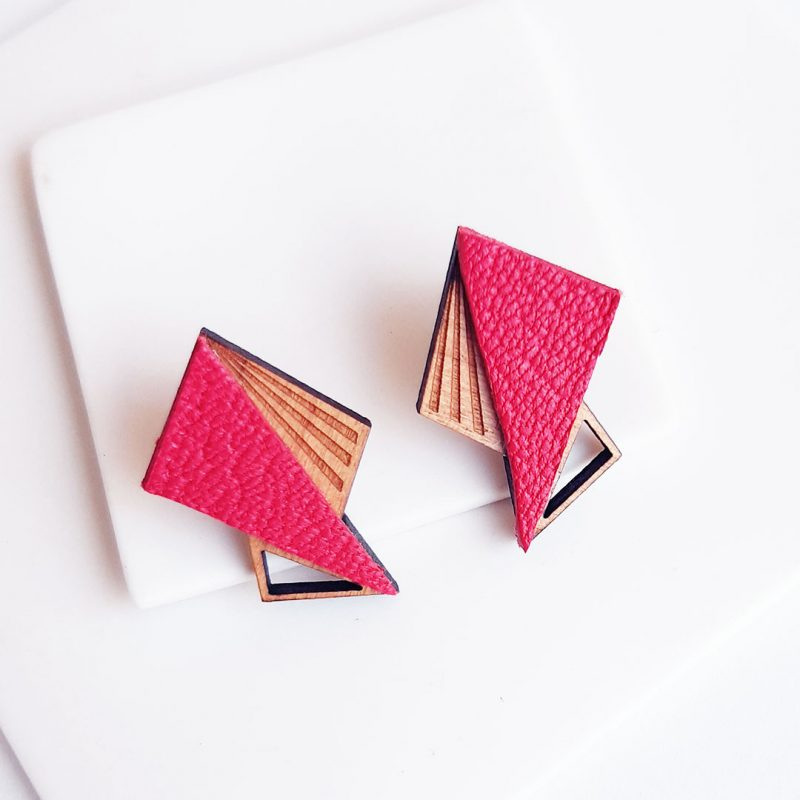 boucles d'oreilles en bois ultra graphique modèle LILA en coloris framboise