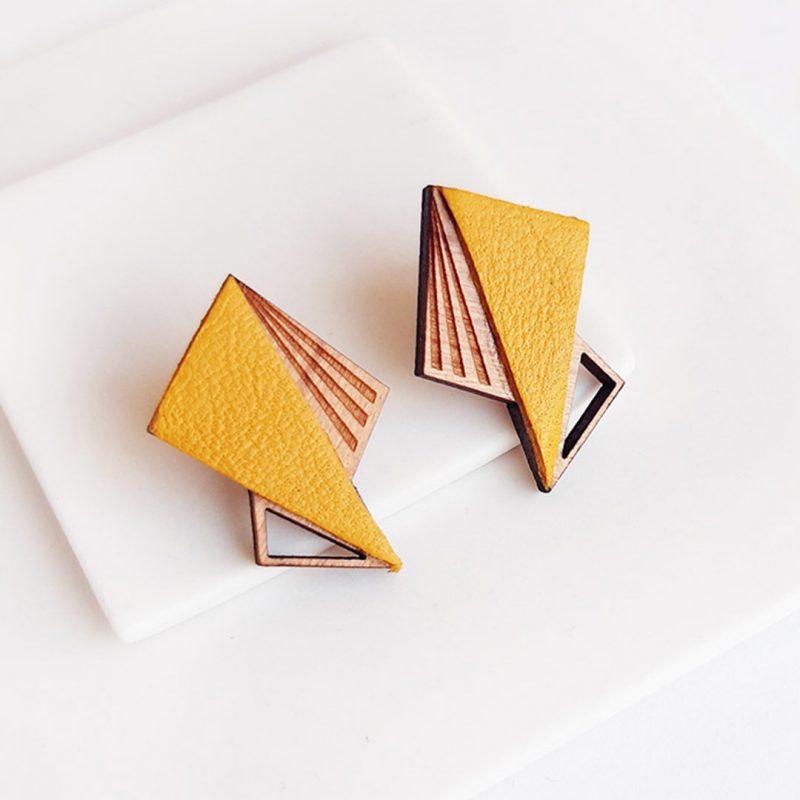 boucles d'oreilles en bois et cuir upcyclé jaune modèle LILA