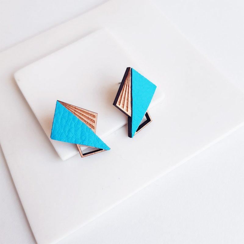 boucles d'oreilles en bois Martho modèle LILA en simili cuir bleu bijoux vegan et graphique