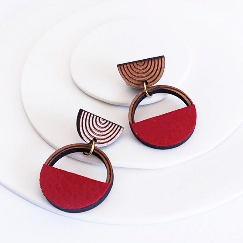 boucles d'oreilles en bois MARTHO SAATURNE cuir et simili cuir upcyclé coloris rouge
