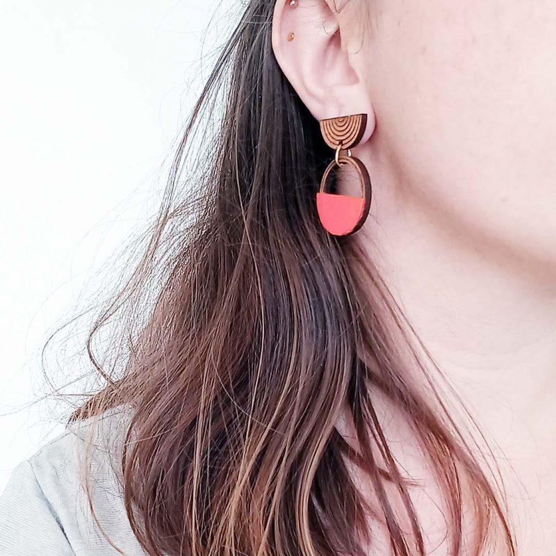 boucles d'oreilles en bois MARTHO SAATURNE cuir et simili cuir upcyclé coloris corail