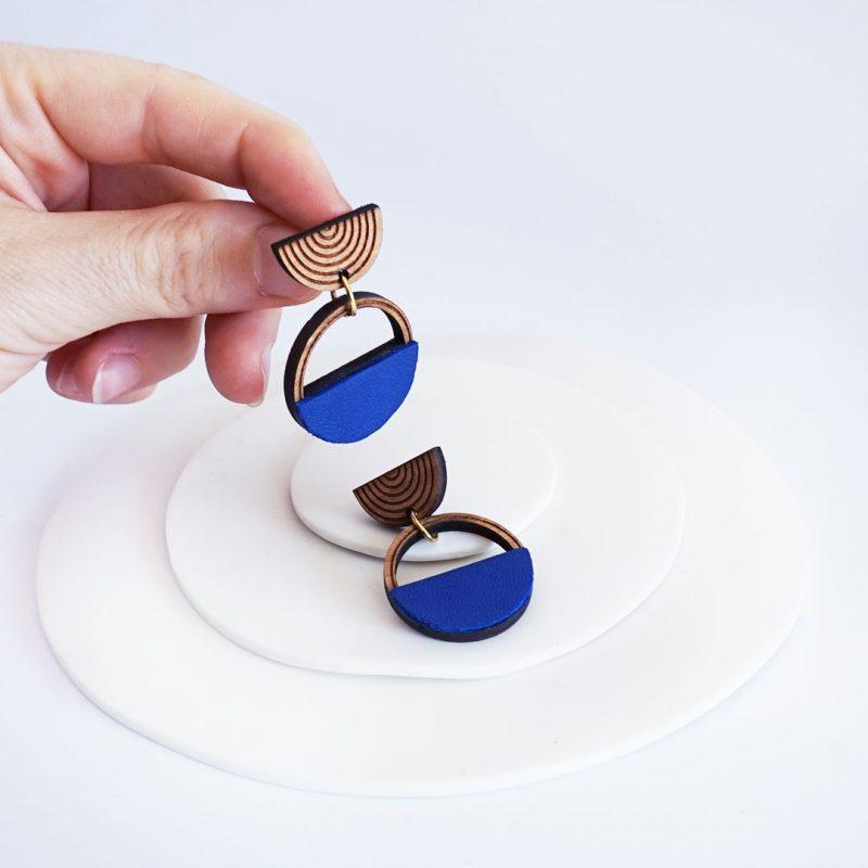 boucles d'oreilles en bois MARTHO SAATURNE cuir et simili cuir upcyclé coloris bleu roi