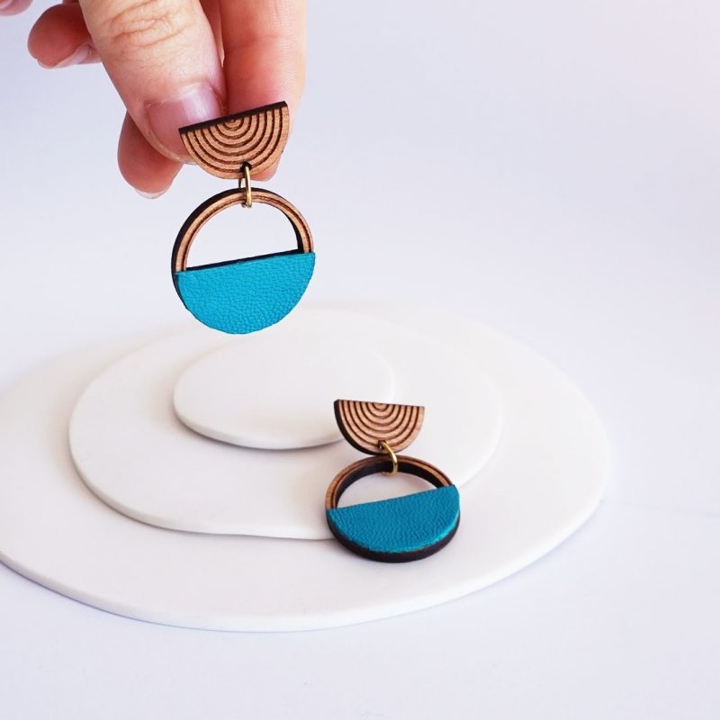 boucles d'oreilles en bois MARTHO SAATURNE cuir et simili cuir upcyclé coloris turquoise