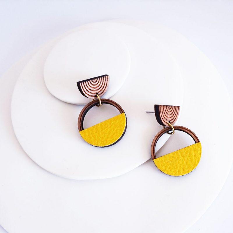 boucles d'oreilles en bois MARTHO SAATURNE cuir et simili cuir upcyclé coloris citron