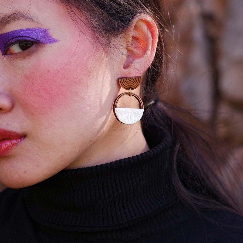 boucles d'oreilles en bois MARTHO SAATURNE cuir et simili cuir upcyclé