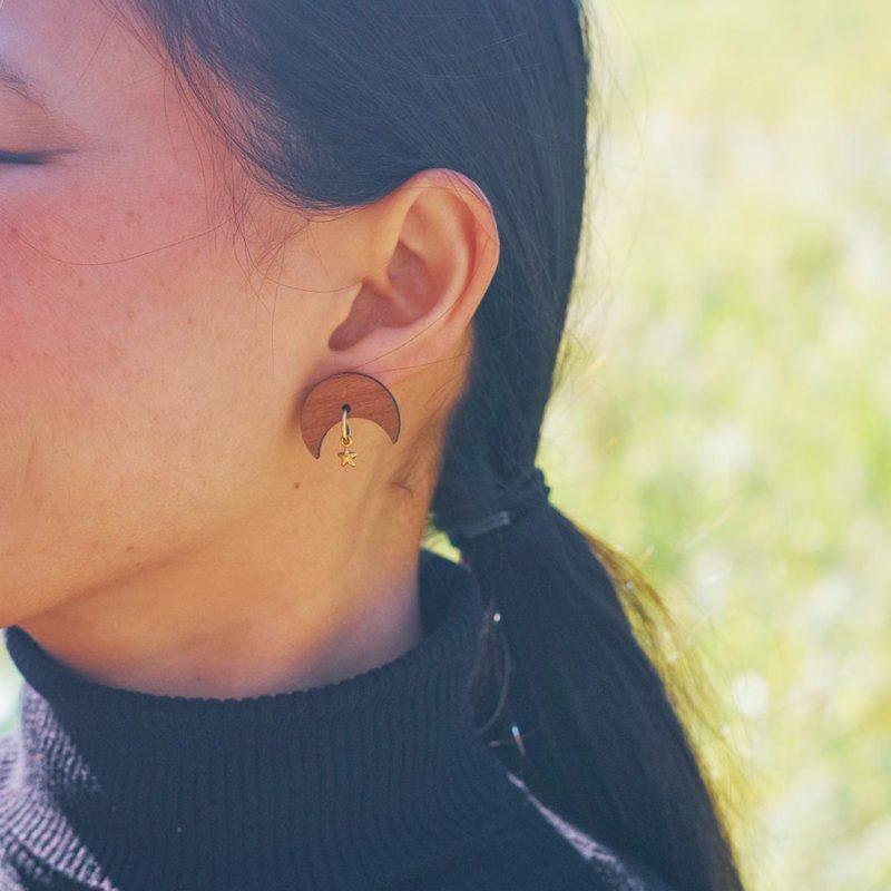 boucles d'oreilles en bois MARTHO en forme de lune et étoile