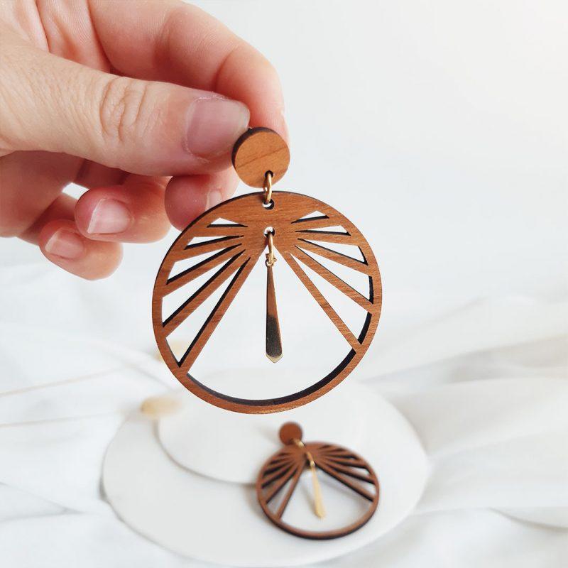 boucles d'oreilles en bois et métal doré modèle CIRCULUS fait par Martho
