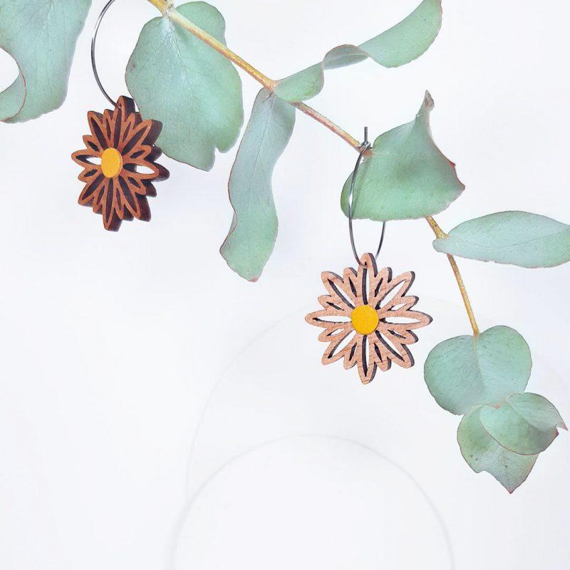 boucles d'oreilles en bois MARTHO bijoux en bois forme de fleur et créole en acier ASTERAL cuir upcyclé jaune