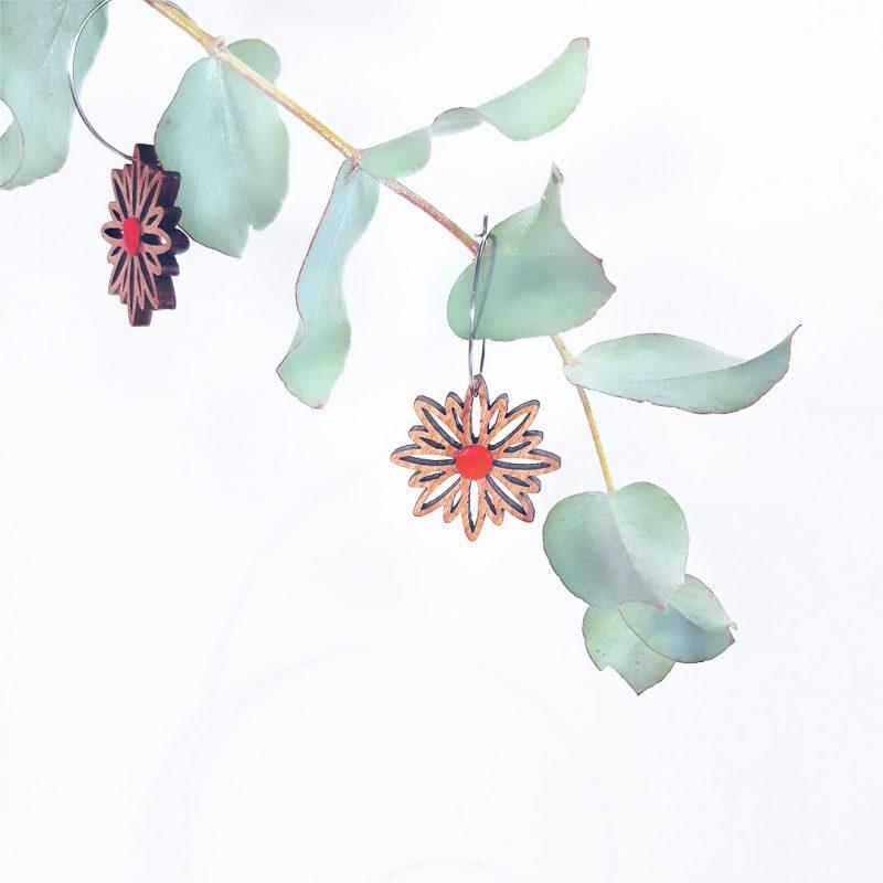 boucles d'oreilles en bois MARTHO bijoux en bois forme de fleur et créole en acier ASTERAL cuir upcyclé rouge