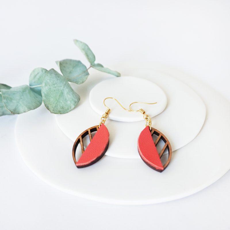 boucles d'oreilles en bois bijoux en bois Martho HERBORISTE cuir cupcyclé corail