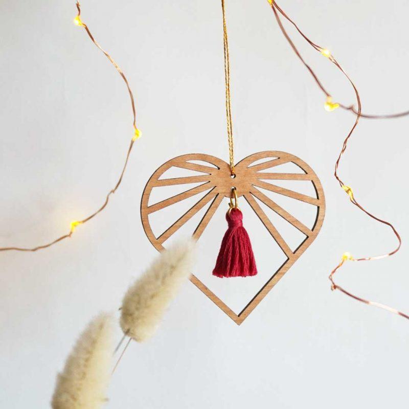 sun catcher bois amulette décorative en forme de cœur AMOURETTE MARTHO pompon framboise