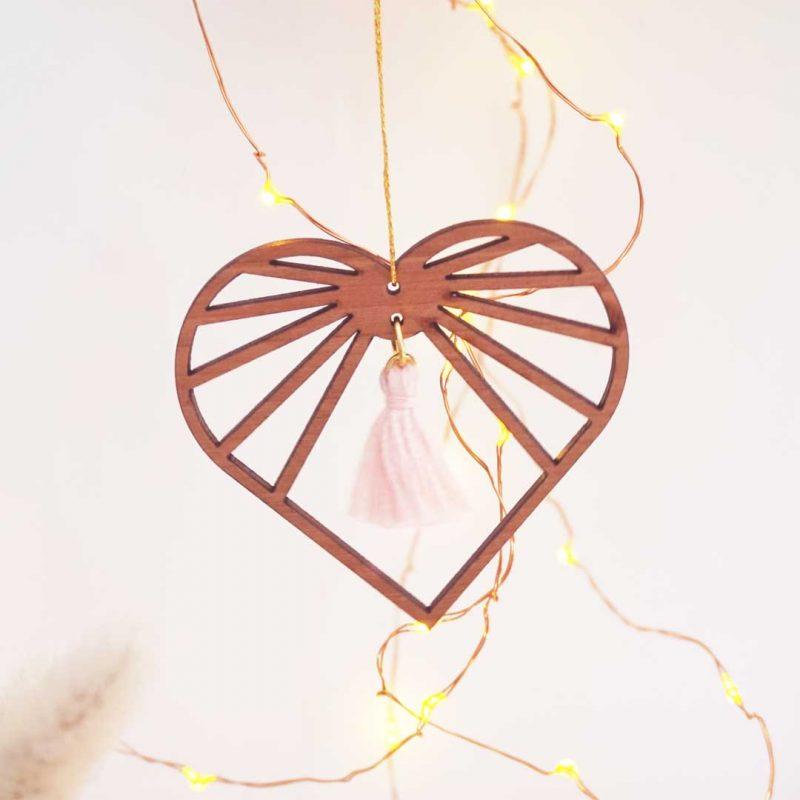 sun catcher bois amulette décorative en forme de cœur AMOURETTE MARTHO pompon pétale