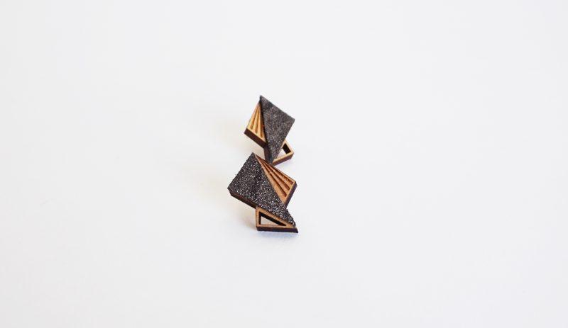 boucles d'oreilles en bois découpé et gravé au laser et cuir ou simili cuir upcyclé LILA Martho paillette