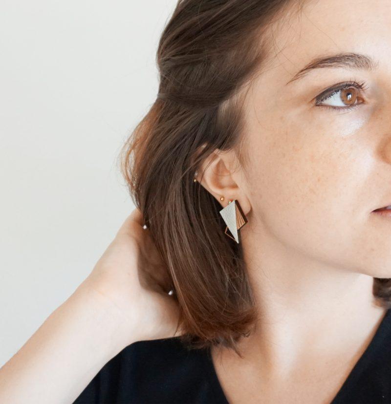 boucles d'oreilles en bois découpé et gravé au laser et cuir ou simili cuir upcyclé LILA Martho gris