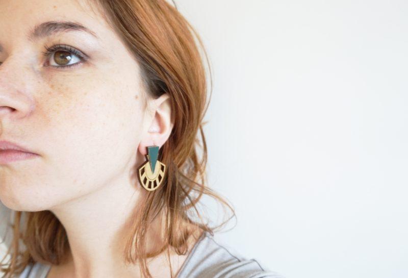 boucles d'oreilles en bois ultra graphique modèle PALMIER fait par Martho à Toulouse SAPIN