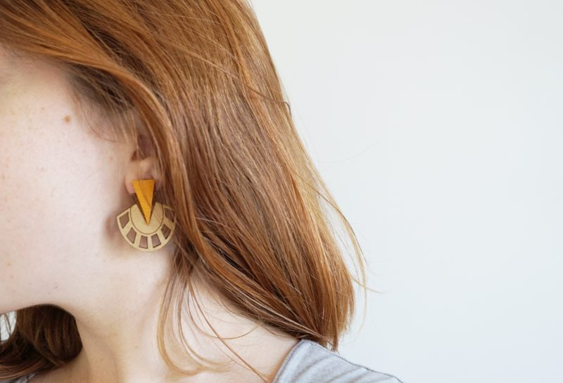 boucles d'oreilles en bois ultra graphique modèle PALMIER fait par Martho à Toulouse jaune