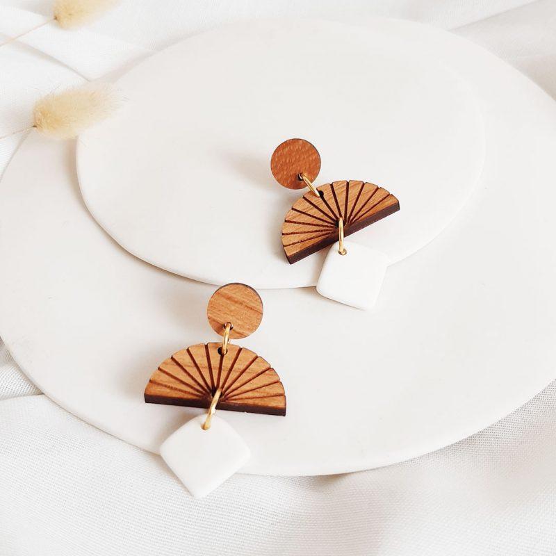 boucles d'oreilles en bois et céramqiue blanche en forme de carré K4