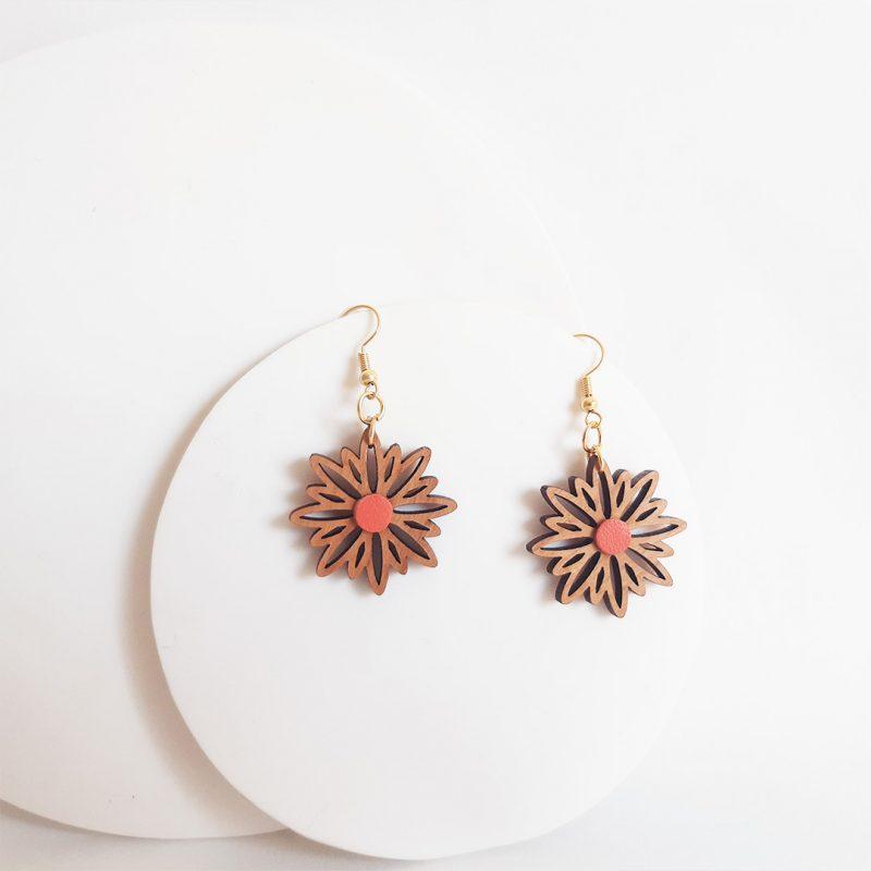 boucles d'oreilles en bois et cuir upcyclé corail modèle CORAIL