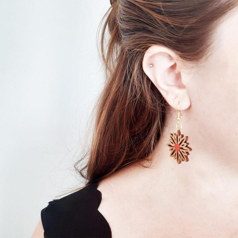 boucles d'oreilles en bois et simili cuir upcyclé rouge ASTERAL 2