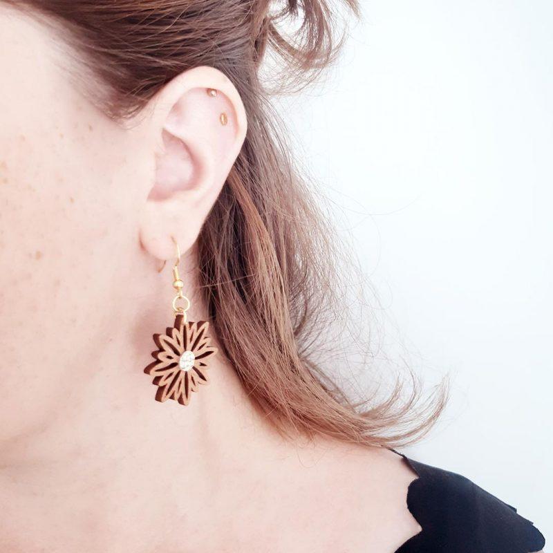 boucles d'oreilles en bois découpé au laser et bijoux vegan en simili cuir doré ASTERAL 2